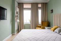 Шторы в спальне с большим окном