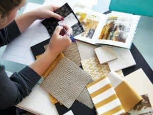 Дизайнер интерьера выбирает ткань для штор и покрывал