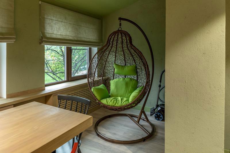 римская штора в тон зеленых стен современный дизайн