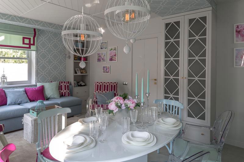 римская штора в классическом дизайне квартиры с белой мебелью