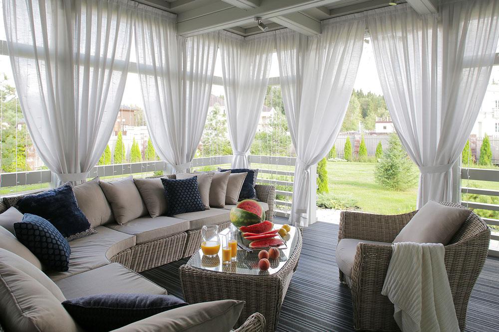 шторы однотонные белые на террасе загородного дома