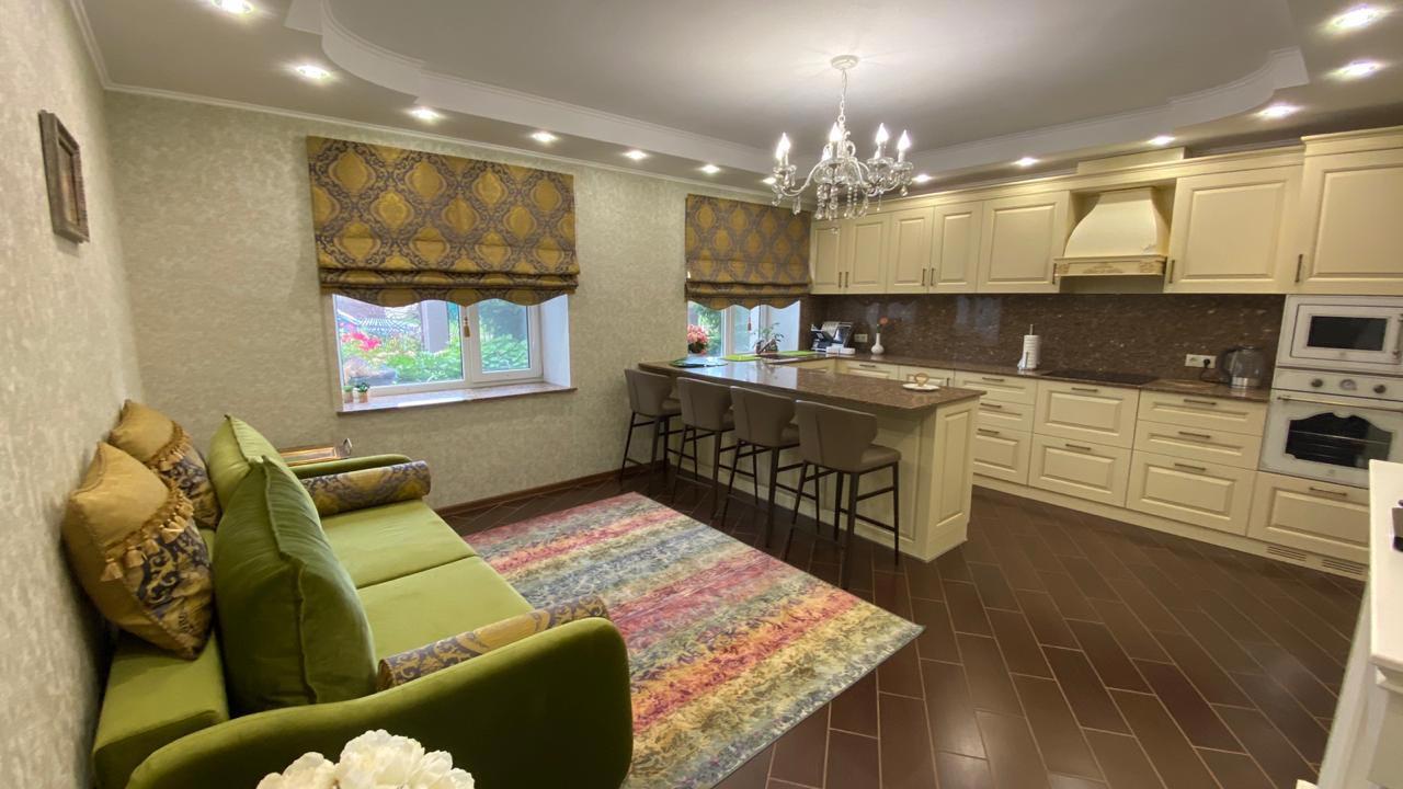 Римская штора на кухне частного дома