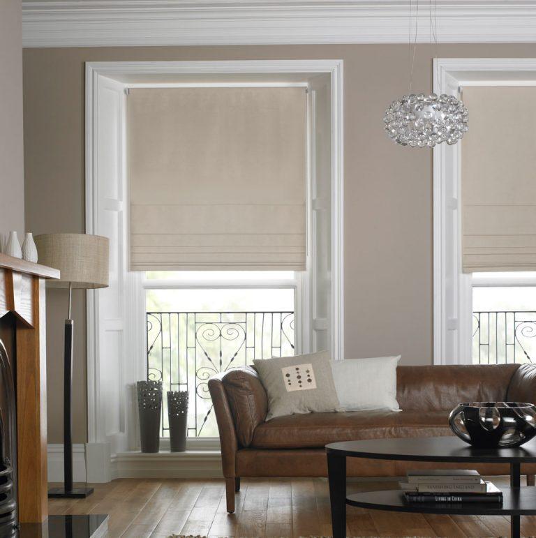 Современная классика интерьера с рулонными шторами