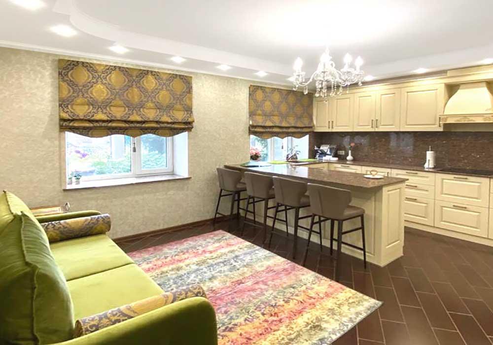 Римские-шторы-на-кухню-на-в-чатстный-дом