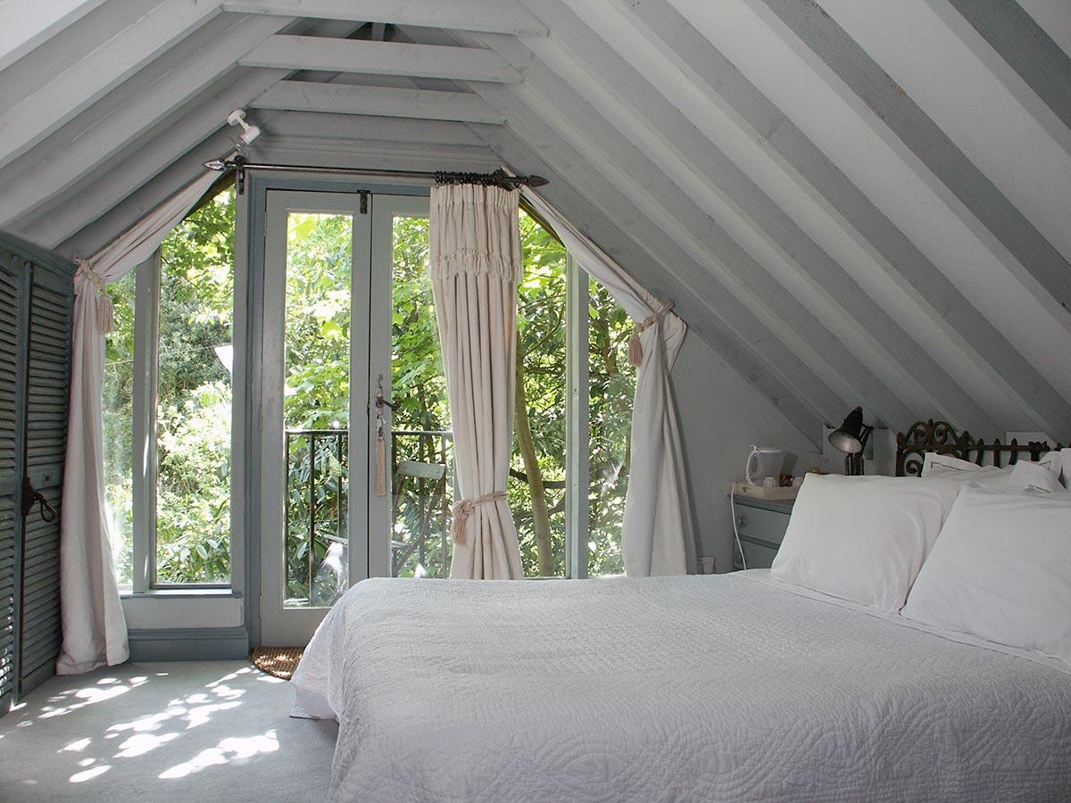 Нестандартное окно шторы в спальне мансарда