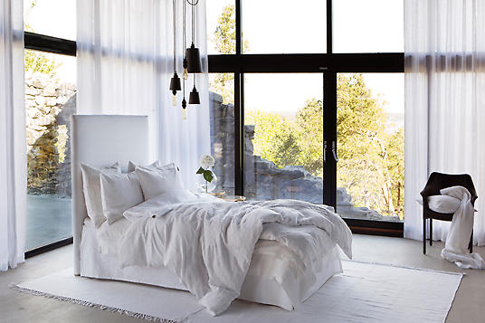 Современная спальня со шторами на заказ
