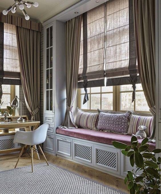 римские шторы широкое окно с портьерами