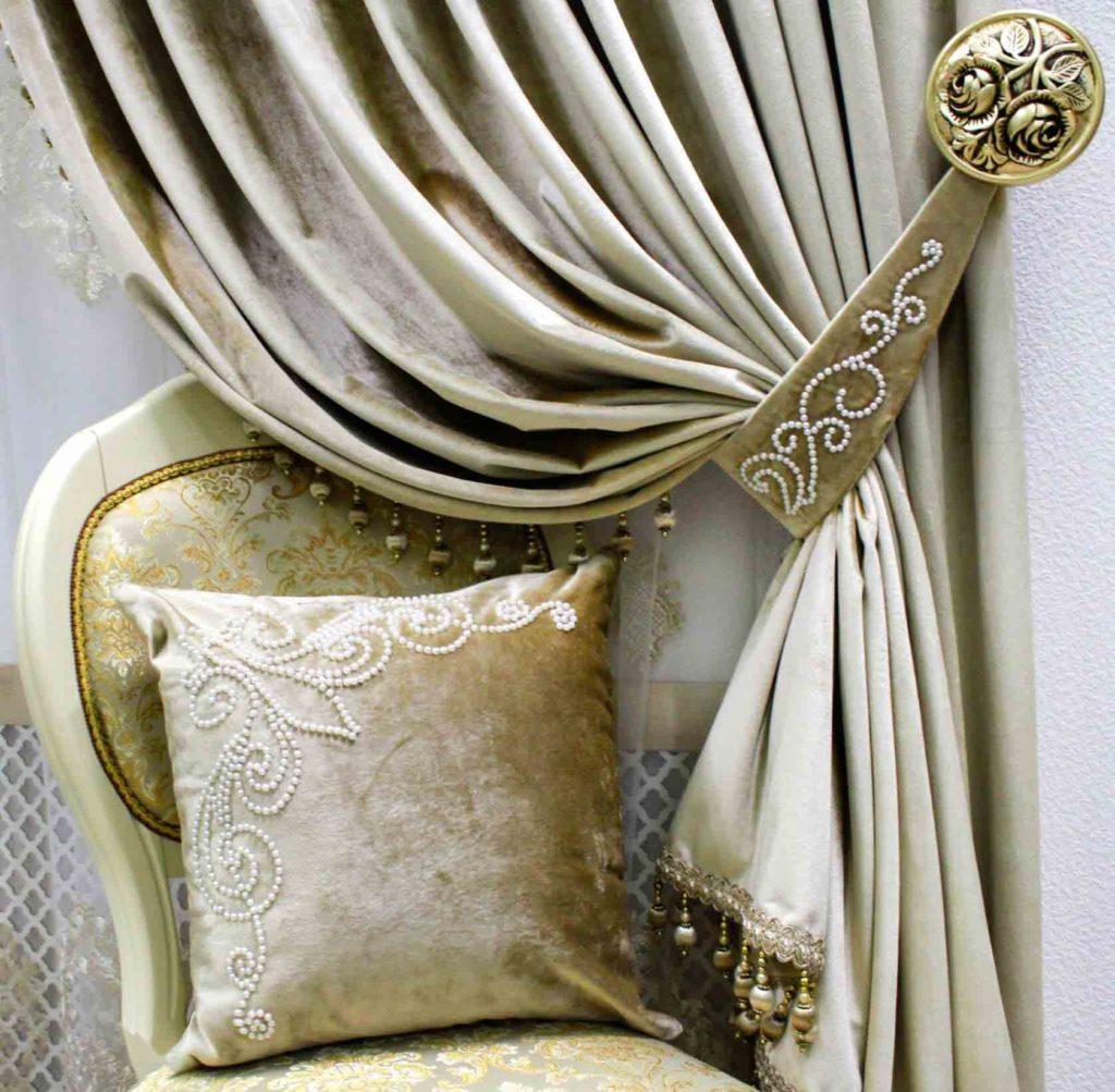 Подушка декоративная в классическом стиле со шторами