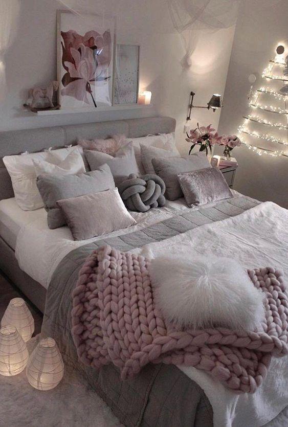 покрывало крупной вязки розовое в спальне на кровать