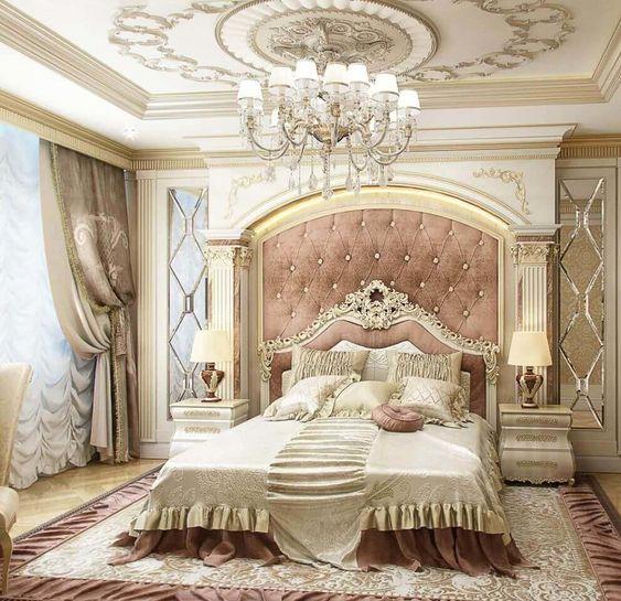 покрывало в роскошной классической спальне