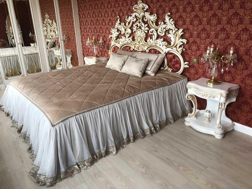 Роскошная-спальня-кровать-с-покрывалом